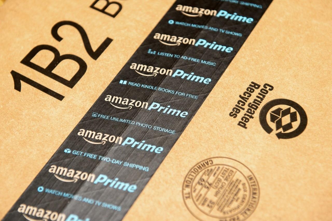 亚马逊(Amazon) 两台封箱机器机器人取代24个人日常工作量!