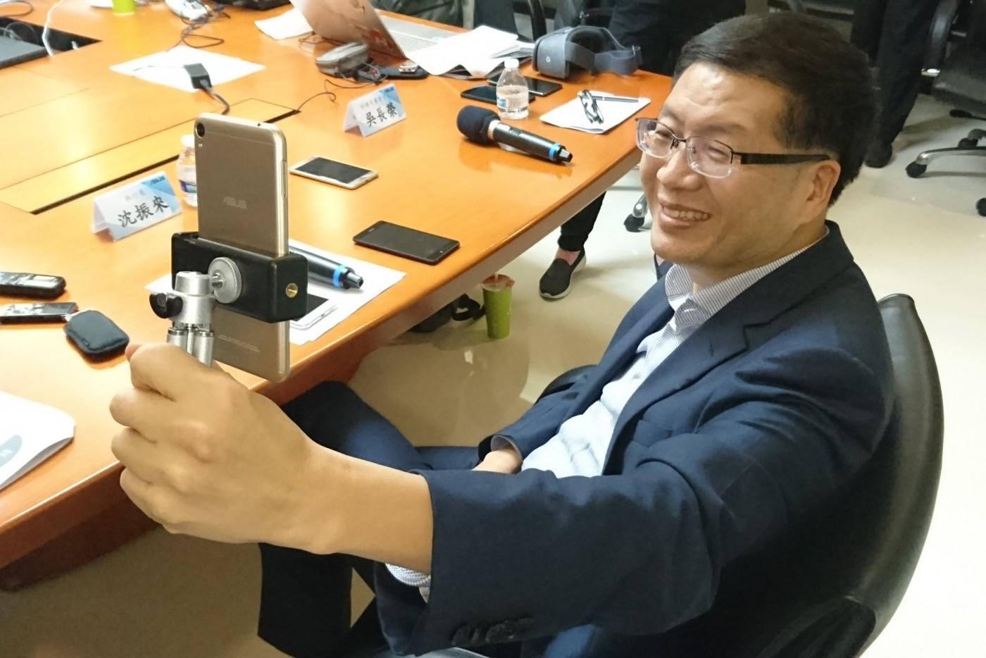 抓直播、VR、AR商機,華碩首季三新機盼補ZenFone 4延後上市不足,挑戰全年獲利