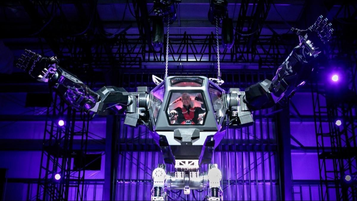 霸氣登場!貝佐斯操控巨型機器人現身亞馬遜年度機器人會議