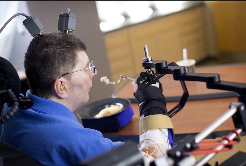 可以自己拿起咖啡送入口中!腦機合一,讓癱瘓者靠意識控制四肢