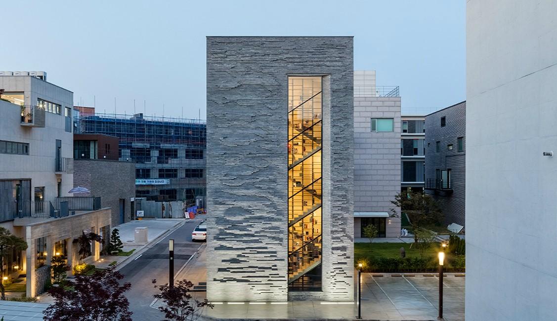 城市中的孤島——一棟擁有100層書架的大樓