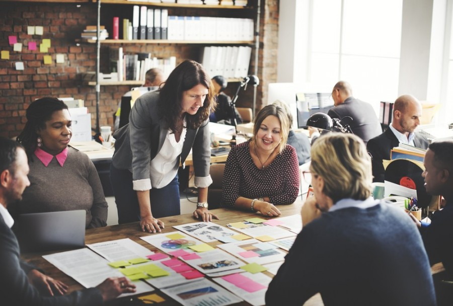shutterstock_365363396_teamwork_leader_female_woma