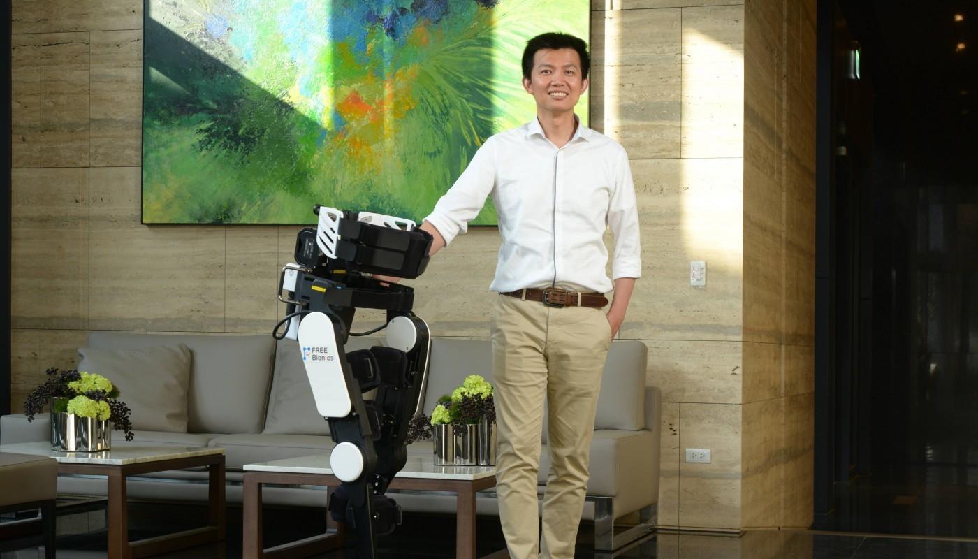 幫癱瘓傷友「站」起來,緯創投資的外骨骼機器人團隊,打入日本市場