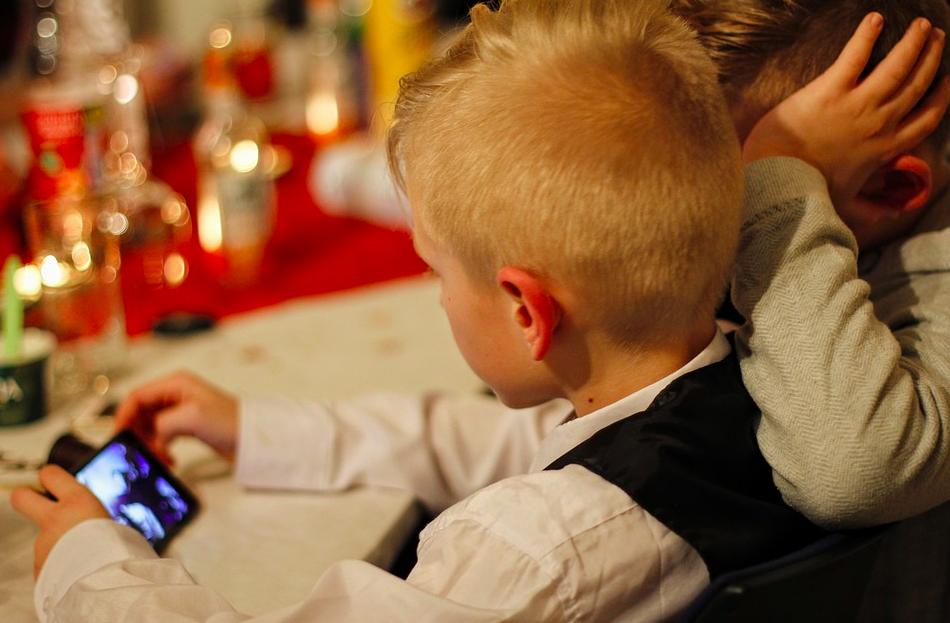 讓孩童遠離螢幕!明年9月起,法國中小學校園禁用手機