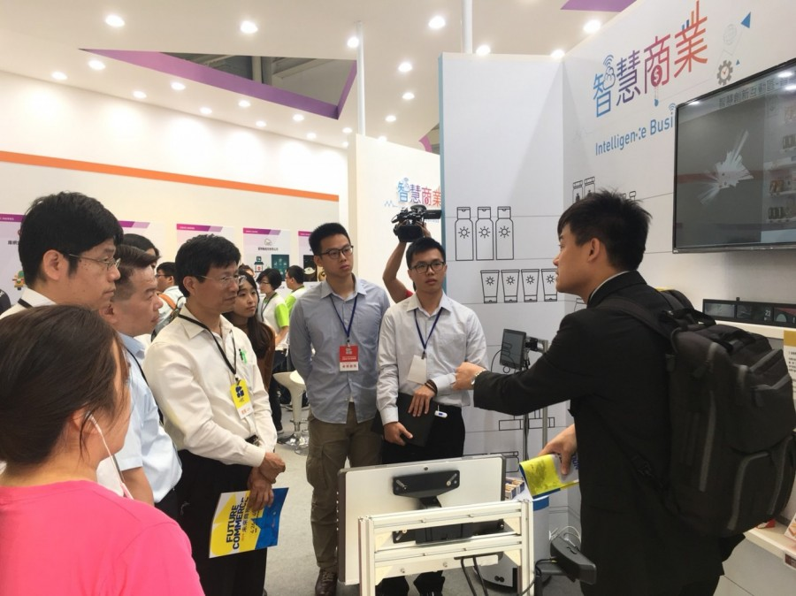 經濟部商業司陳秘順副司長(左三)在會場體驗由工研院最新研發的智慧AGV