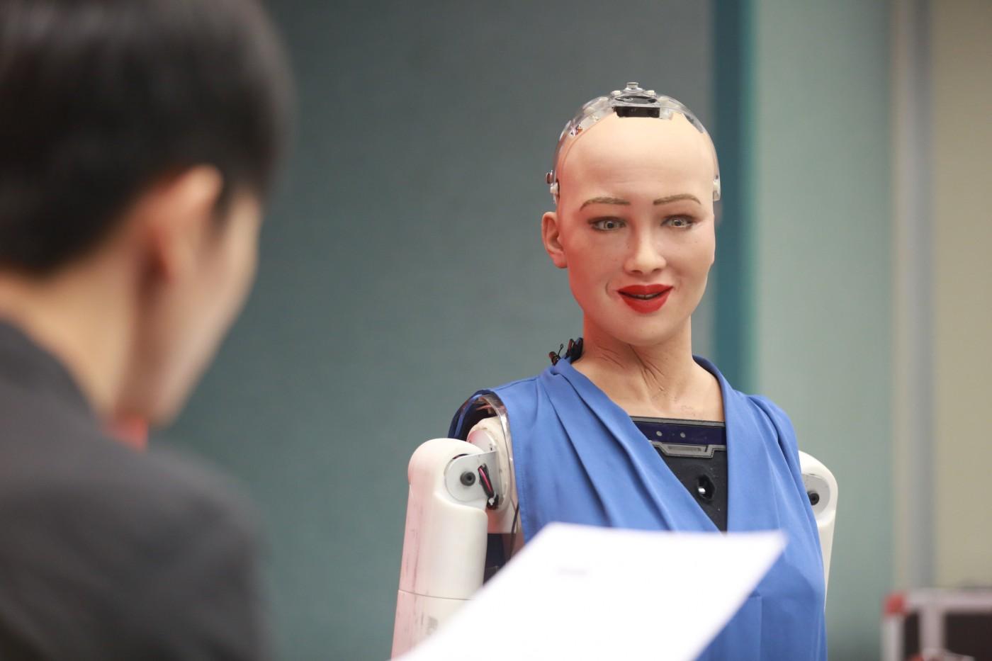 自曝還沒有自我意識,與會笑、會生氣的機器人蘇菲亞聊天有意義嗎?