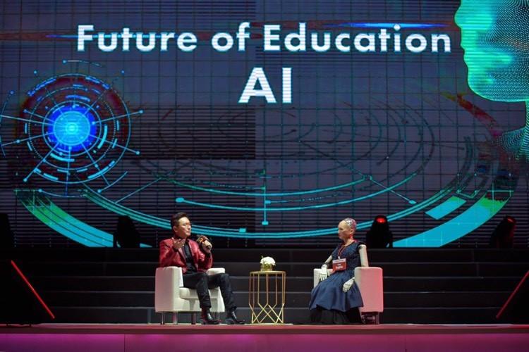 用AI打造未來教育!TutorABC深耕市場20年,董事長楊正大特邀機器人蘇菲亞擔任首位人工智慧老師
