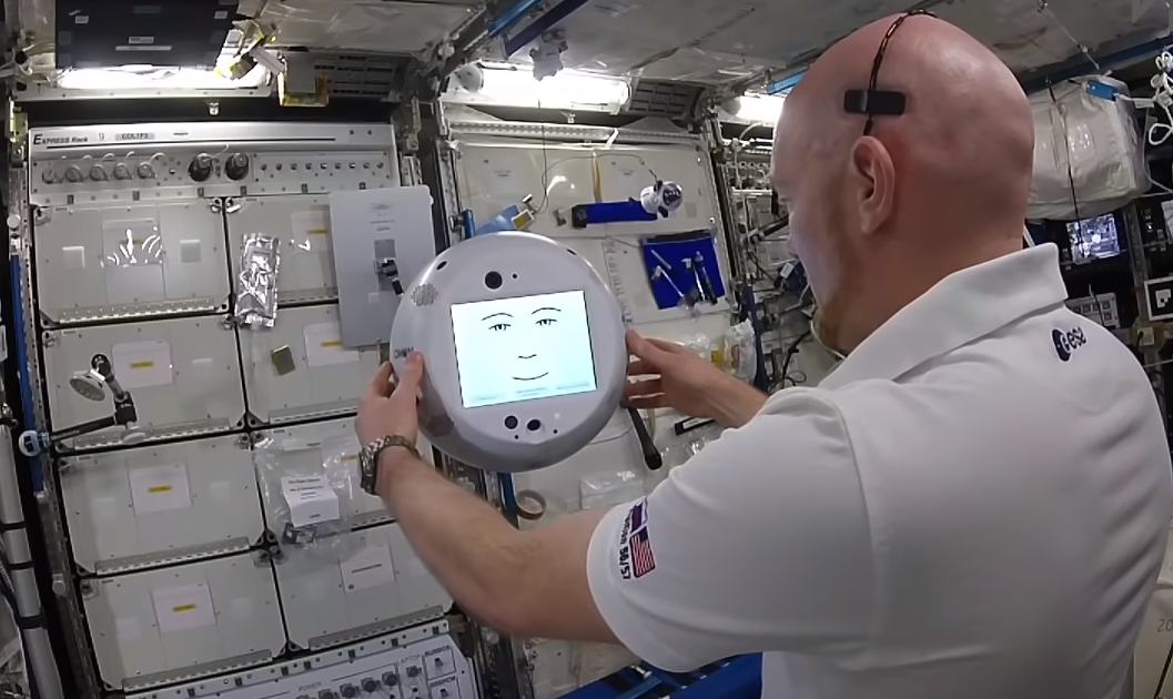 又翻白眼又自嗨,國際太空站失控的AI:「對我好一點」