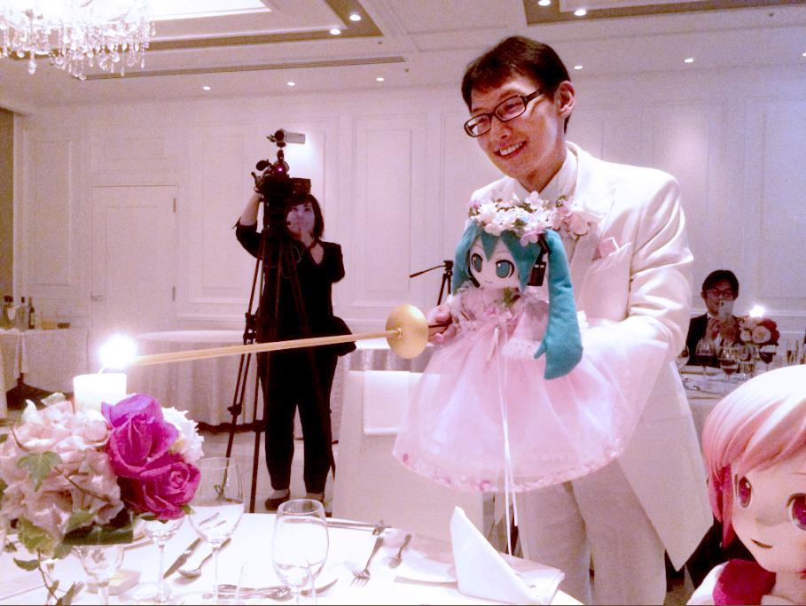 跨越次元的愛!和虛擬偶像初音結婚的日本男子