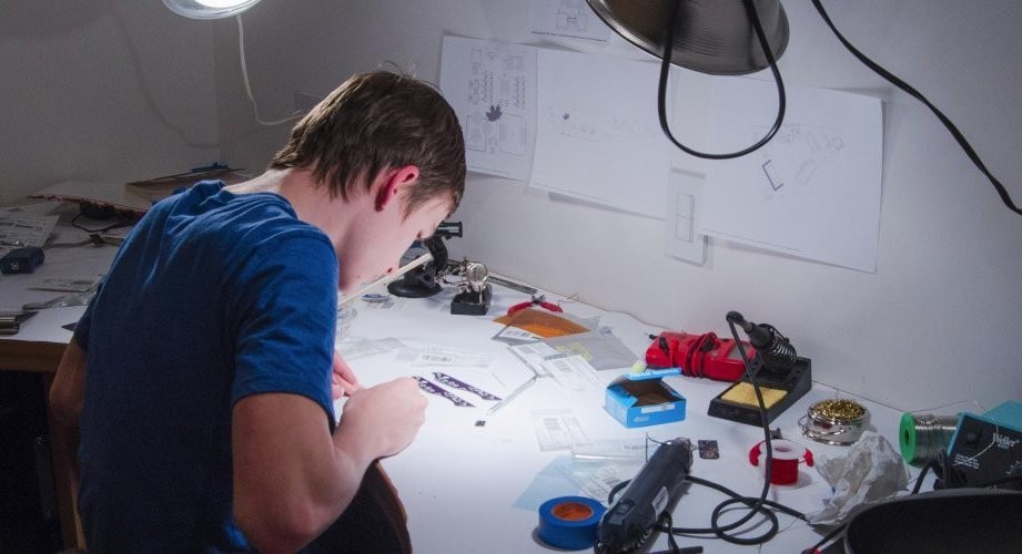 《富比士》最具影響力青年創業家!21歲少年從MIT休學,為社會安全打造智慧手槍