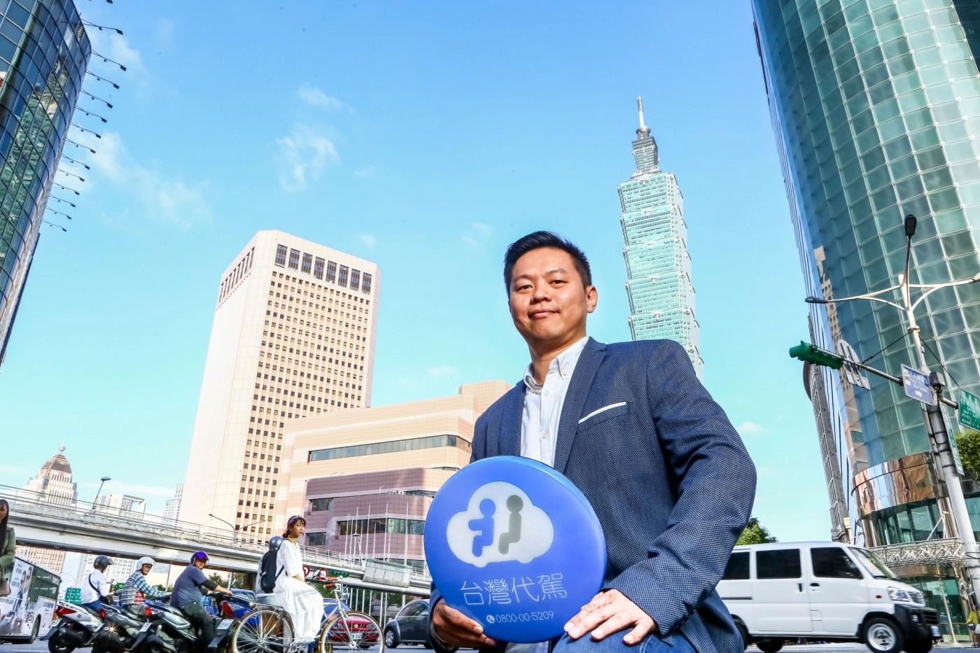 「藍色小燈箱」打進熱炒店!小新創拚百億代駕商機,讓台灣大車隊老董親上戰場