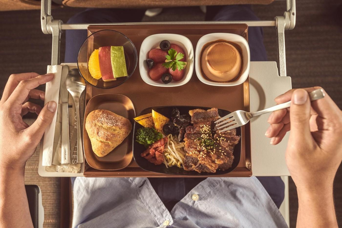 星宇航空機上餐揭曉!聯手復興空廚,經濟艙也能吃燒肉、喝熱湯