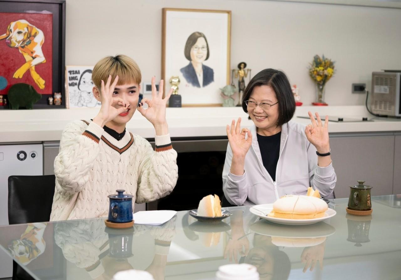 網紅鍾明軒與總統蔡英文跨世代對談,膽問:你上次哭是什麼時候?