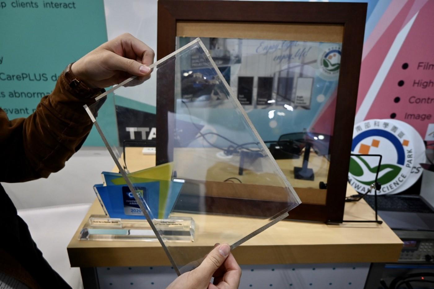 窗戶也能賣廣告!一張薄貼紙打造智慧玻璃,台灣新創吸引科技巨頭搶合作