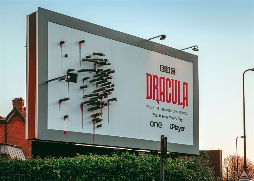 img 1578977290 63495@900 - 天黑露出真面目!BBC《德古拉》吸血鬼广告,用打鬼必备木桩大玩影子戏法
