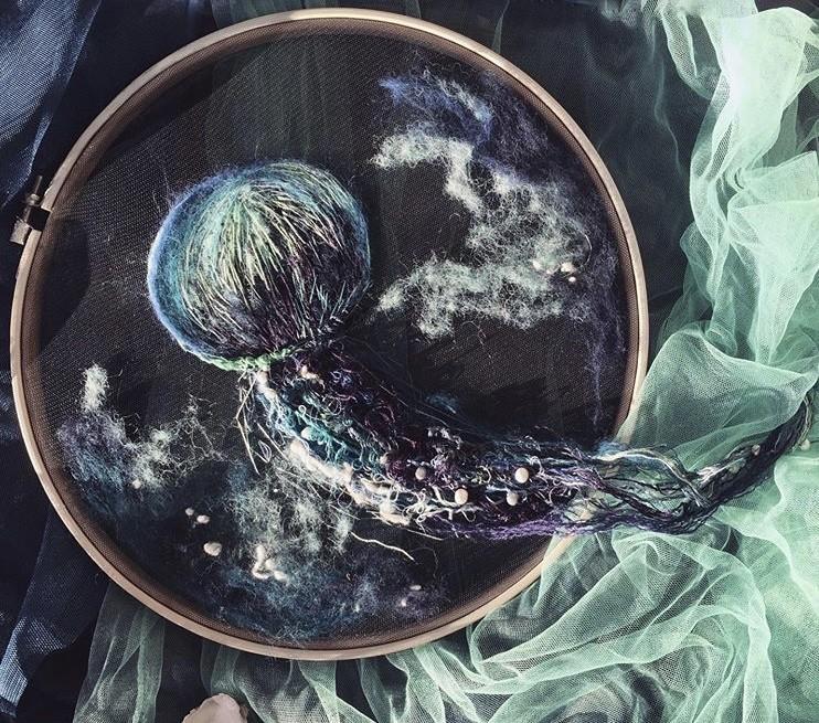 img 1581407893 33046@900 - 恍如梦境的水母刺绣!结合刺绣、针毡、串珠技法,展现水母的自在悠然