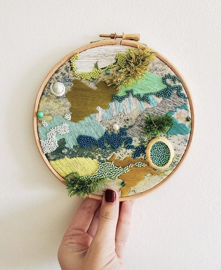 img 1583320103 16675@900 - 海岸系刺绣!海草、地衣、地貌纹理,英国艺术家 Emily Botelho 用针线纪录欧陆海岸