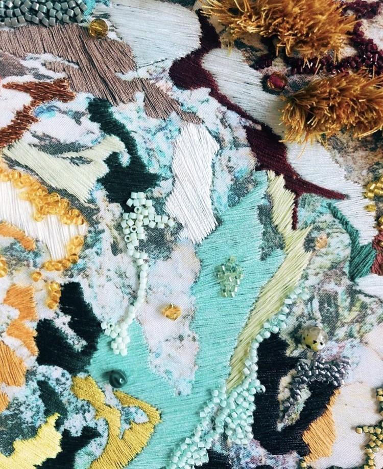 img 1583320156 89055@900 - 海岸系刺绣!海草、地衣、地貌纹理,英国艺术家 Emily Botelho 用针线纪录欧陆海岸