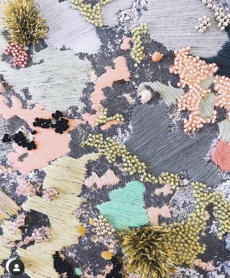 img 1583320165 15859@900 - 海岸系刺绣!海草、地衣、地貌纹理,英国艺术家 Emily Botelho 用针线纪录欧陆海岸
