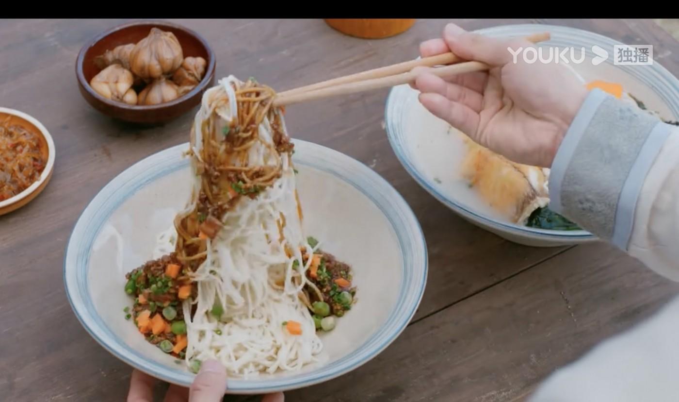 追劇追到餓?中國外送平台餓了麼開「導購誘惑」,要讓影迷邊看邊吃