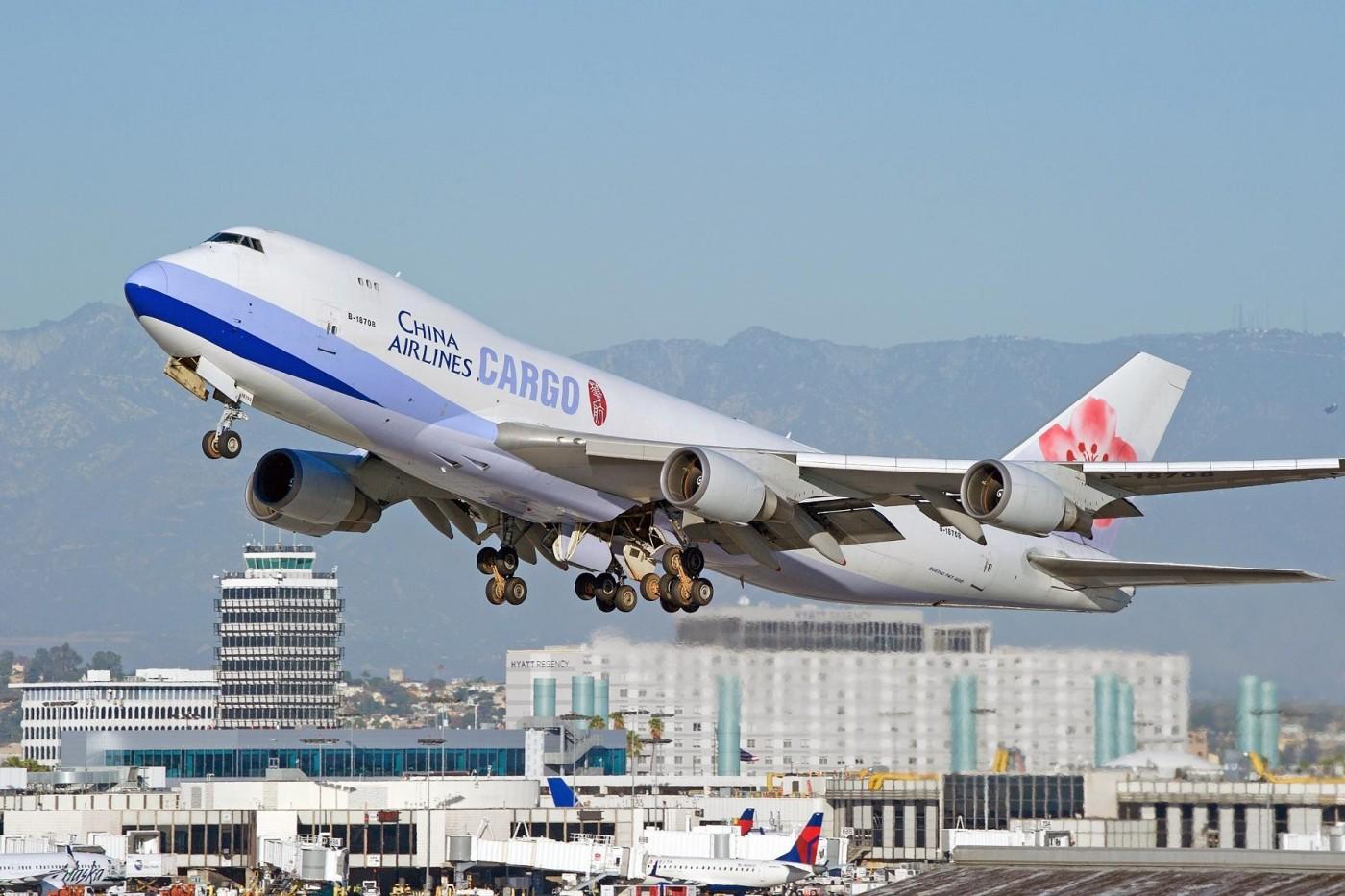 史上最慘二月?受疫情衝擊,長榮、華航營收雙雙跌破百億、客運量狂掉37%
