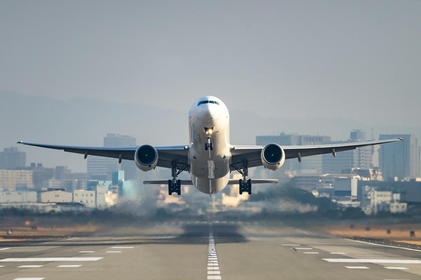 交通部撒幣救產業!300億元幫航空業發薪,計程車每月補貼2千元