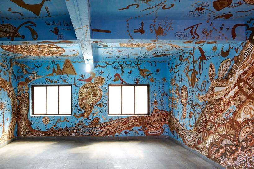 img 1584528761 82457@900 - 用泥土画下动植物!日本艺术家浅井裕介壁画创作,打造远古神话场景