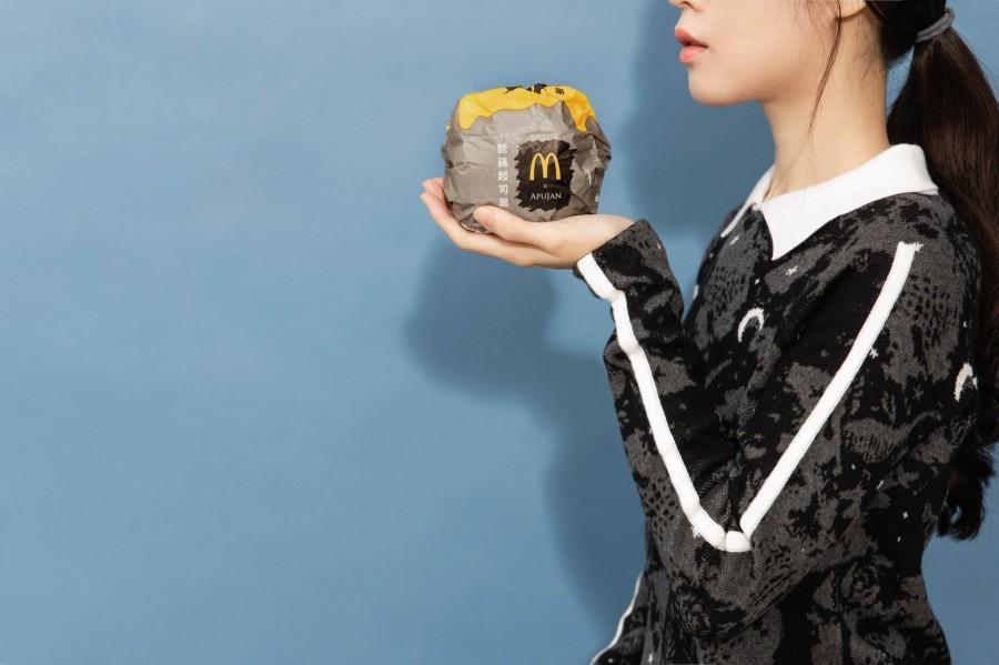 img 1588651242 99426@900 - 黑控注意!麦当劳再度携手 APUJAN 订制限量包装,打造黑色星空下的奇幻异想
