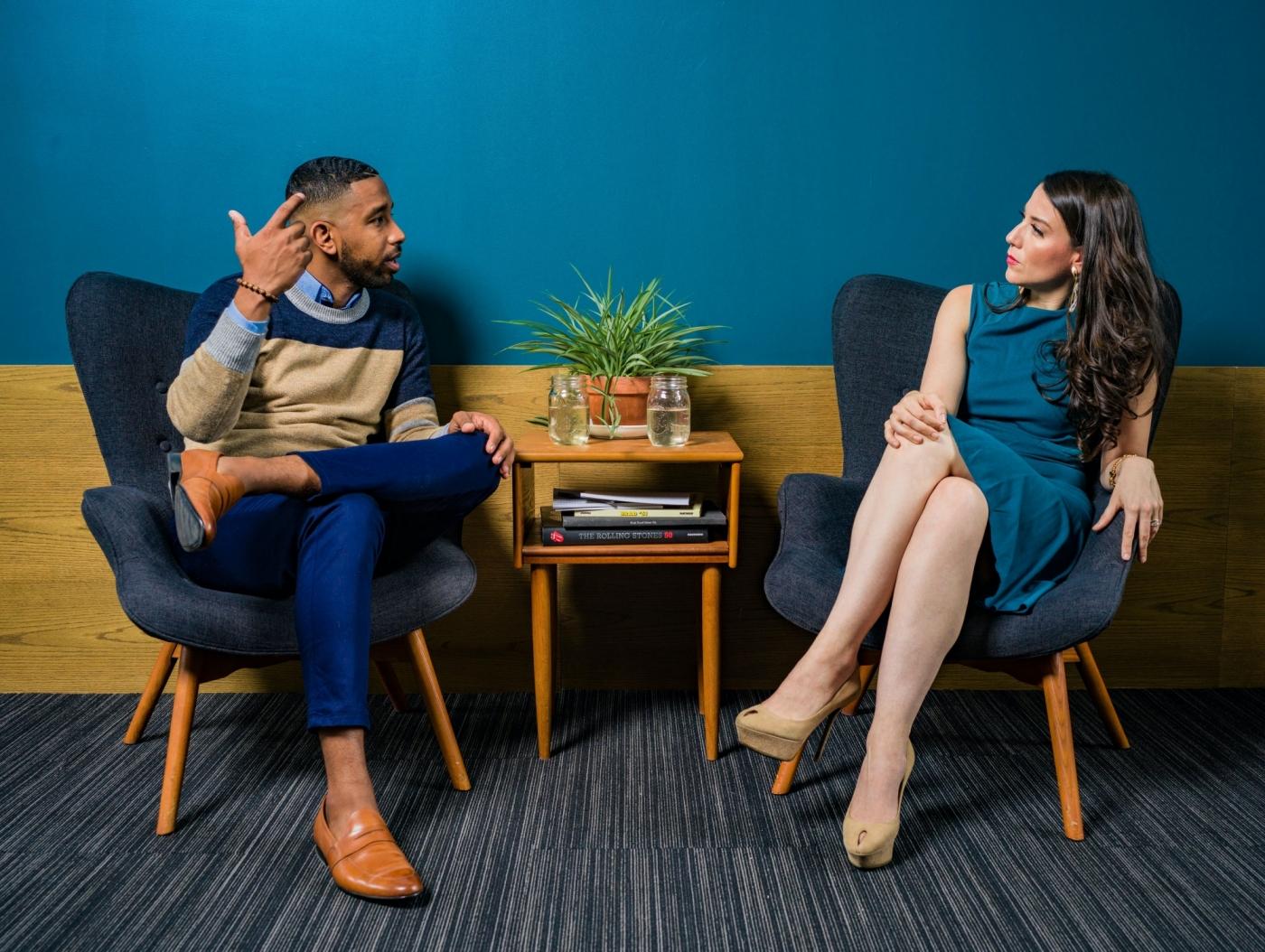 害怕跟客戶、老闆尬聊?對話開頭善用「萬能小問題」,讓你化身成聊天大師