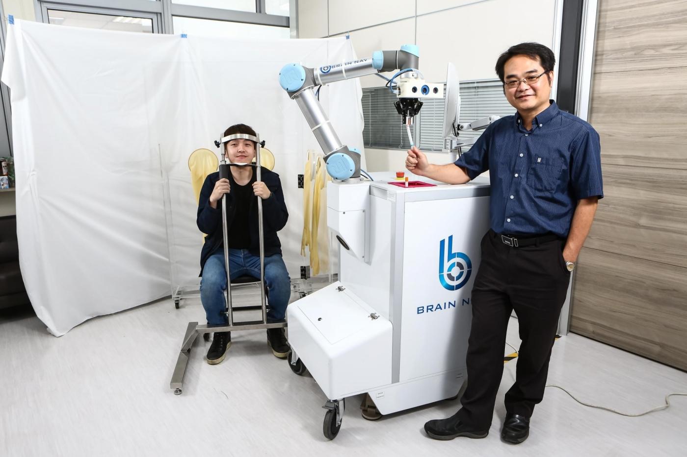 風險更低、效率比人工高10倍!台灣醫師創業家推全球第一台自動鼻咽採檢機器人