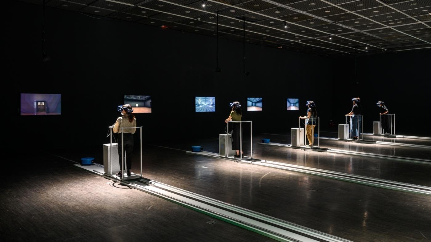 「超感」藝術新邏輯!沒聲音與劇本的展覽,觀眾如何化作幽靈、在虛實空間徘徊?