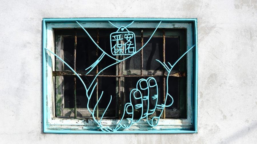 雲林口湖「故事鐵花窗」!13 幅手繪感創作,勾勒一甲子的柑仔店阿嬤、村莊詩人畫家、千歲醒獅團