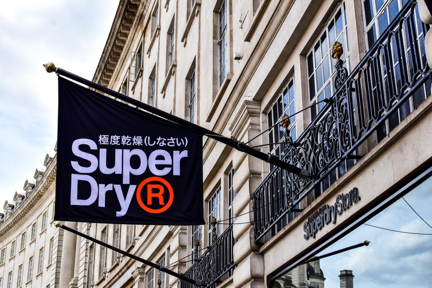 Superdry全球關上百家門市、傳撤出台灣市場!曾經爆紅的「極度乾燥」,碰到了哪些瓶頸?