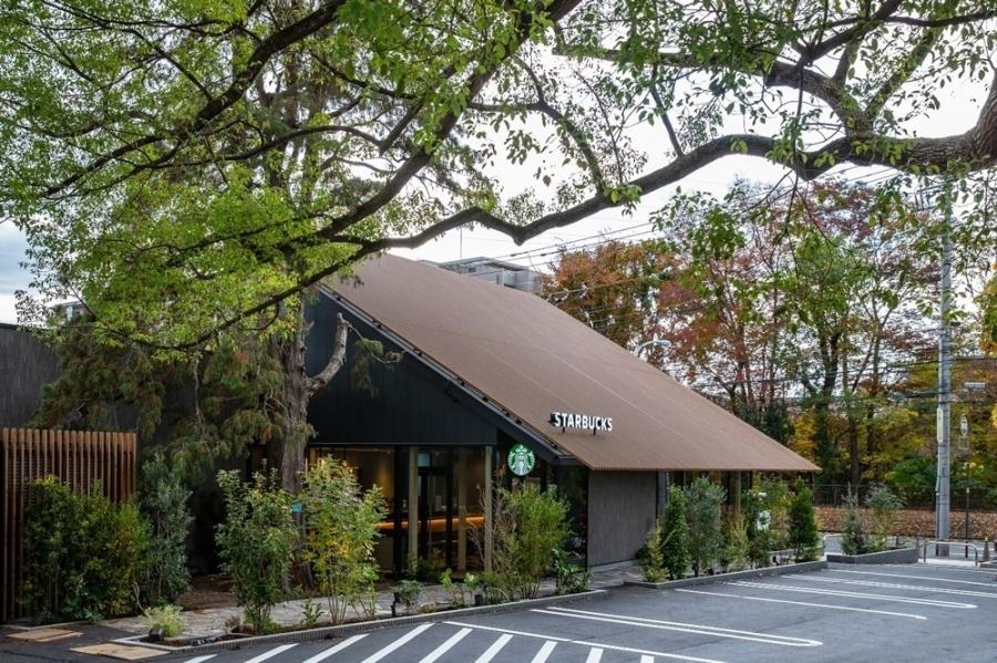 倚樹齡 300 年樟木而造!星巴克西東京新町店新開張:三角屋頂、木造店鋪,演繹喫茶店懷舊記憶