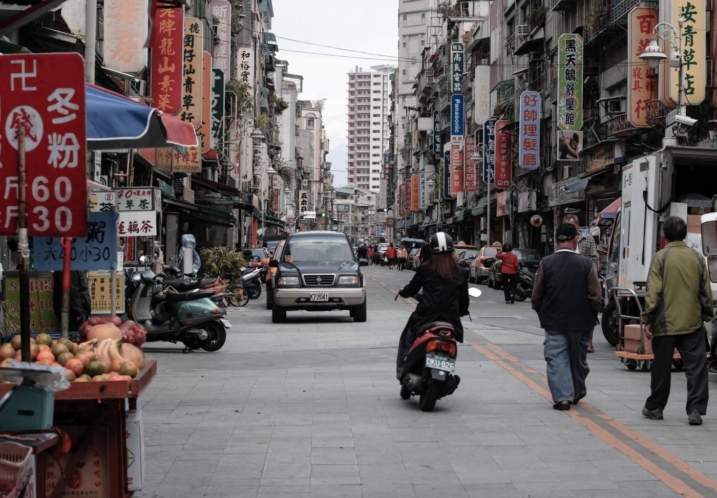 台灣受僱員工人數10月增1萬,這一行業薪資、人數雙漲!