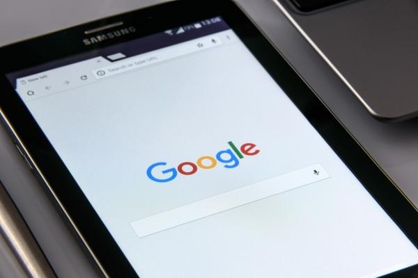 black-samsung-tablet-display-google-browser-on-scr