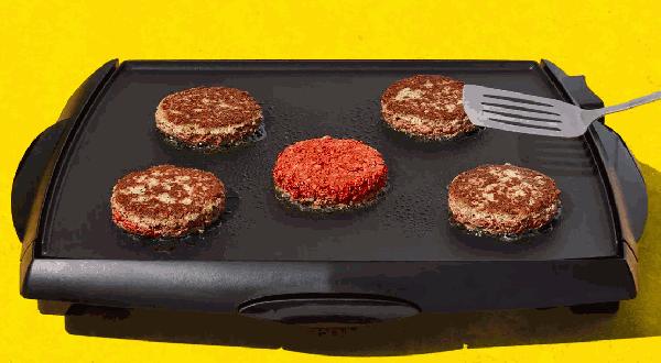 圖3-Impossible-Burger萃取大豆中的血紅素,仿照真實牛肉的在烹煮後會「出血」。圖片來