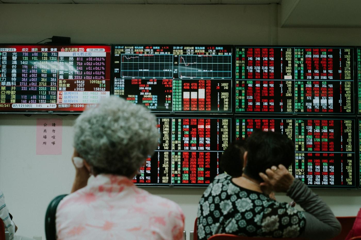 全台瘋股市!30歲以下投資人數創新高,超過80家券商存亡戰拚什麼?