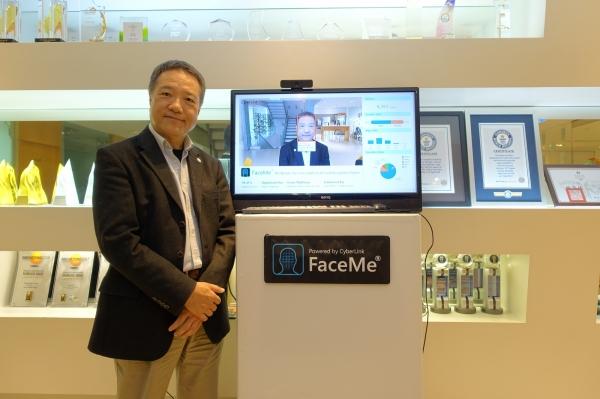 圖1-訊連科技董事長暨執行長黃肇雄與AI人臉辨識1。圖片來源:郭芝榕攝影。