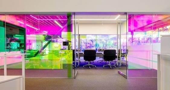 Canvas-Worldwide公司會議室的變色牆面