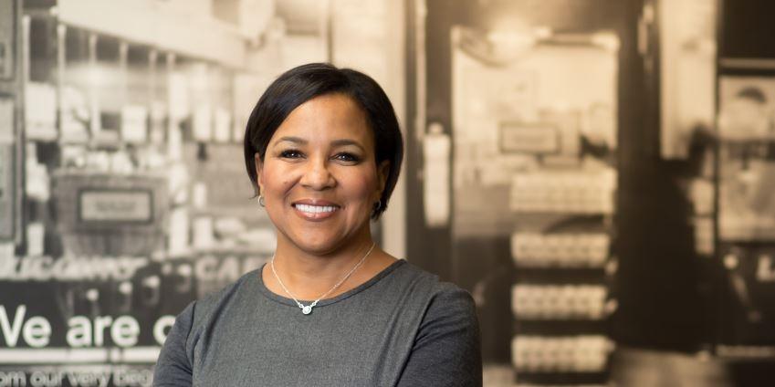 她一路打破職涯天花板!如何從星巴克營運長晉級,成為500大企業唯一非裔女性CEO?
