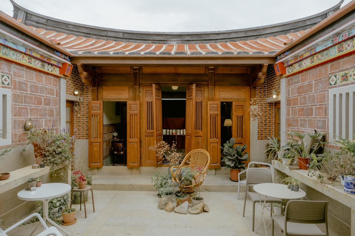 住進坐擁天井的閩南老屋,開始探索金門:民宿「時苑」順著空間氣質,長出嚮往的生活樣貌
