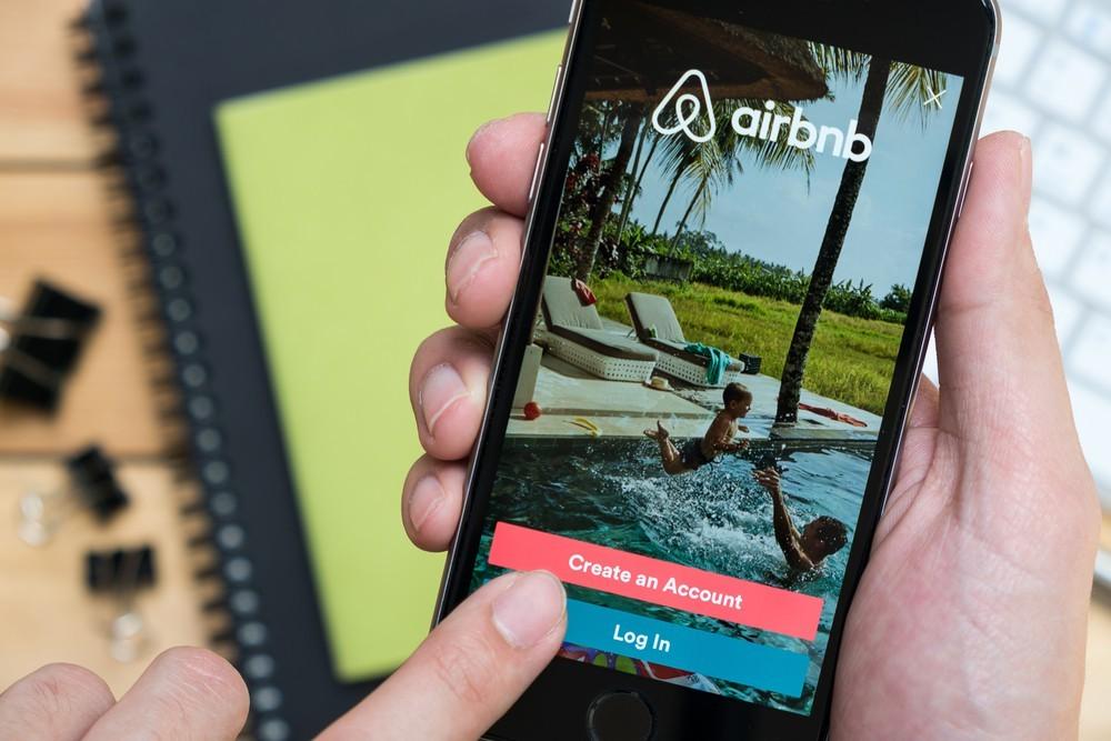 剛裁1/4員工、今年營收估計砍半,Airbnb為何敢在「旅宿業寒冬」上市?